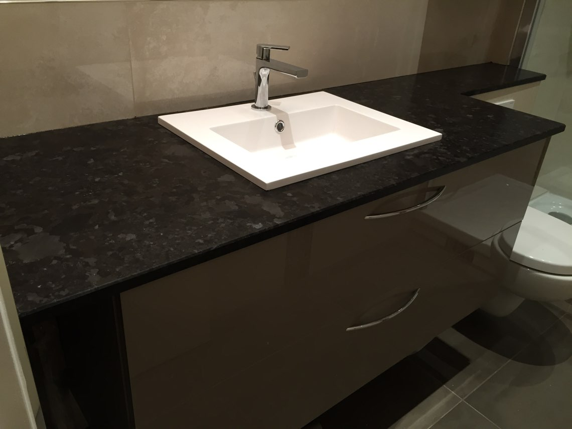 Salle de bain avec plan vasque en granit